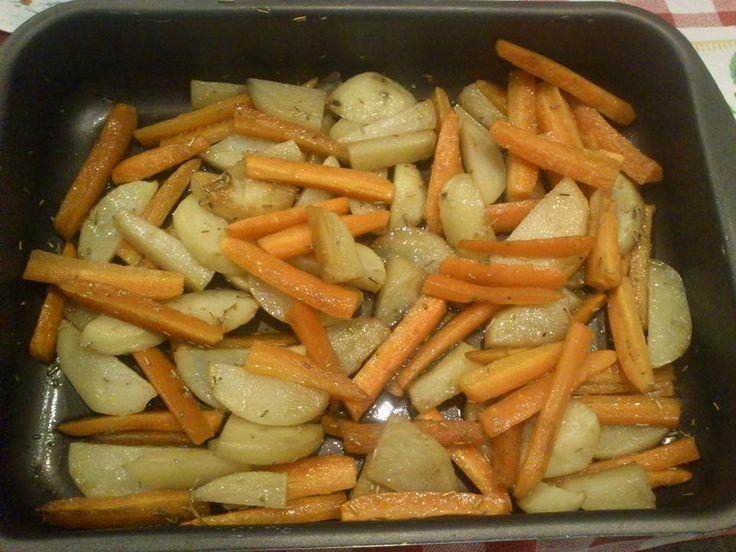 Si tagliano carote e patate per il lungo. In una pirofila si mescola olio di oliva, salsa di soia, sale, rosmarino. Si adagiano le verdure nella pirofila e le si girano per più volte fintanto che non si sono amalgamate bene con l'olio. Si mette in forno per 40 minuti circa a 180 gradi.
