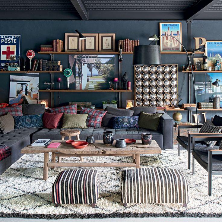 Un salon bleu qui mixe les styles ethniques et rustiques