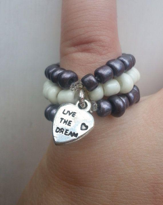 Grijs/witte ring van elastiek met bedel hartje van pristown op Etsy, €5.00