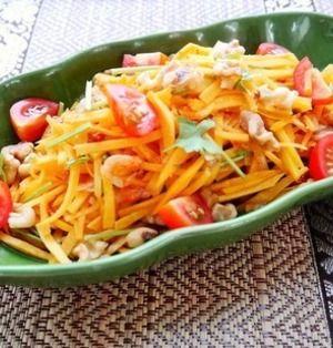 「ソムタム」をご存知ですか?唐辛子、にんにく、ライム、ナンプラーなどで味付けした、タイ方面で食べられるサラダです。基本は青パパイアをメインに使うのですが、日本では手に入りづらいですよね。そこで今回は青パパイアを使わないソムタム風のサラダレシピをご紹介します。独特の酸味と辛味をもつサラダは、いい箸休めになりますよ~♪