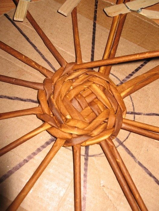 Cómo tejer una base redonda para las cestas de tubos de periódicos.