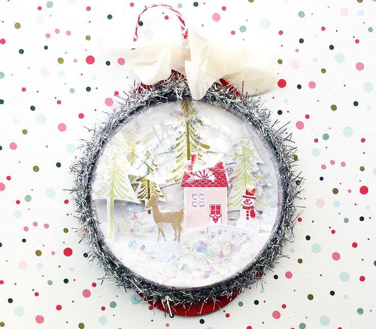 Boule de neige, à suspendre ou poser, faite avec une demi boule transparente garnie de découpes de papier collées en 3D et des paillettes de fausse neige... - tutoriel en images