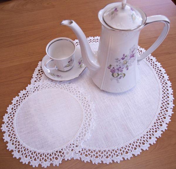 Serwetki lniane ręcznie obrabiane koronka na szydełku. Malutkie serwetki śr.20 cm pod porcelanowe filiżanki. Do kompletu identyczna duża serwetka.