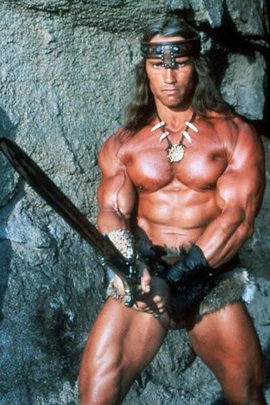 """O ator Arnold Schwarzenegger em cena do filme """"Conan, o Bárbaro"""" (1982)"""