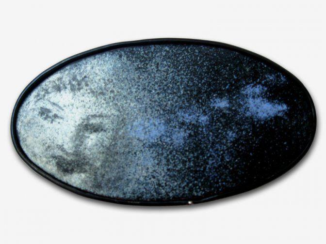 """Fátima Tocornal - Fermall """"Dreamers V"""" -    Materials: esmalt i llautó amb bany de plata Mida: 85x45 mm"""
