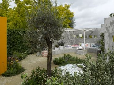 Goed idee om een paal vd pergola te laten uitkomen in een gestuct rond tafeltje. http://www.appeltern.nl/nl/onze_tuinen/trendtuinen/trendtuinen_2009/moroccan_garden/
