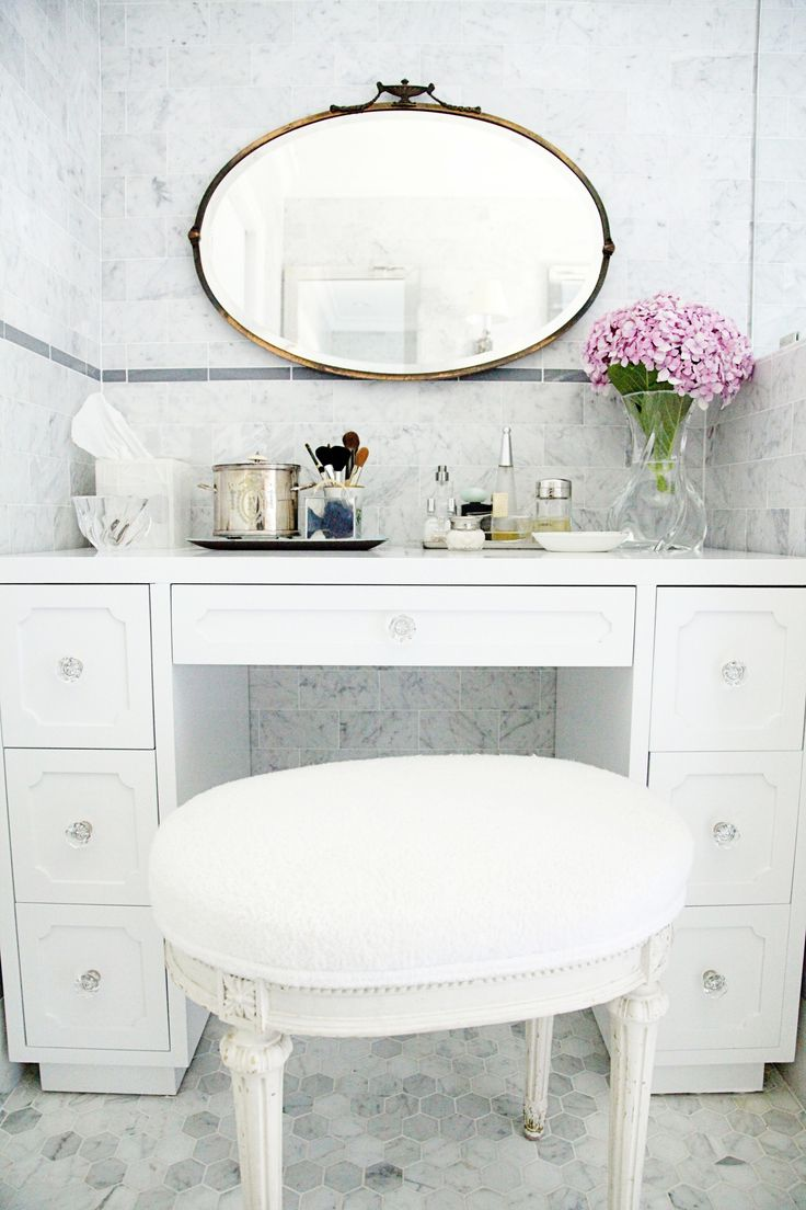 Traditonal Home with a Chic Twist - http://www.stylemepretty.com/living/2014/10/07/traditonal-home-with-a-chic-twist/