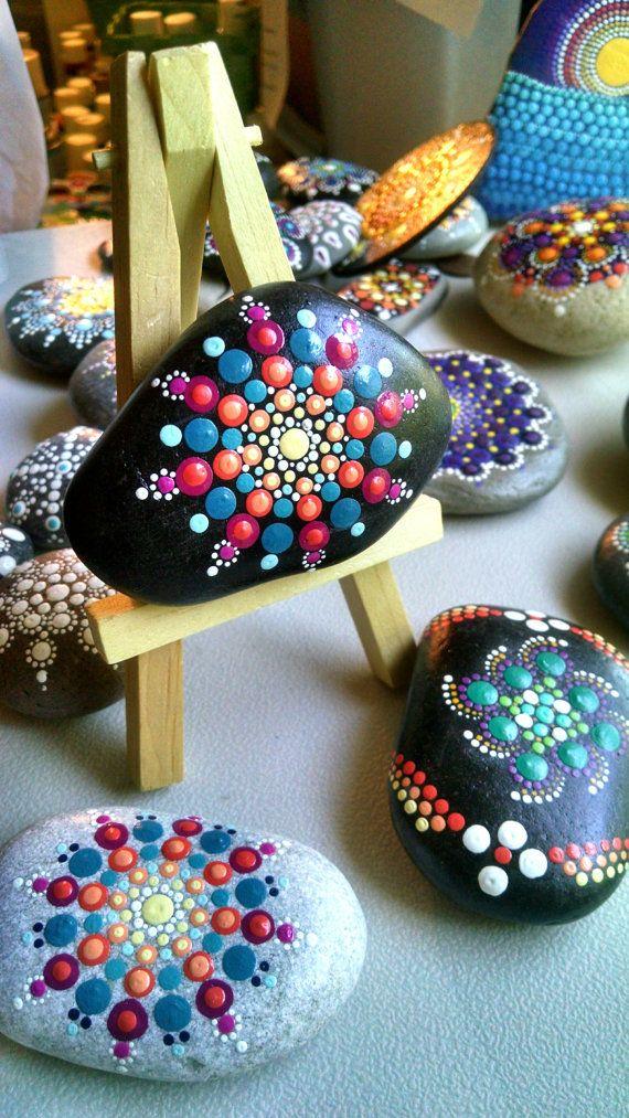 Hand Painted Beach Stein von den Ufern des Lake Erie von Miranda c ** dieser Stein können mich in einem Magneten gemacht werden, wenn Sie es wünschen. Bitte zögern Sie nicht mich zu kontaktieren.  Größe: ca. 2,5-Zoll-Durchmesser Farben: weiß, hellgrün, grasgrün, violett lila, Magenta, hell blau, türkis blau Form: Round-ish Medium: wasserbasierte Acrylfarben Sealed/Protectant: Ja. mit Indoor/Outdoor UV Schutzmittel Lack - Hochglanz-Stil: Mandala, Ringe, Blume Technik: Pointillismus…
