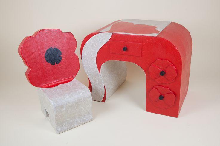 ensemble chaise et bureau en carton pour enfant rouge. Black Bedroom Furniture Sets. Home Design Ideas