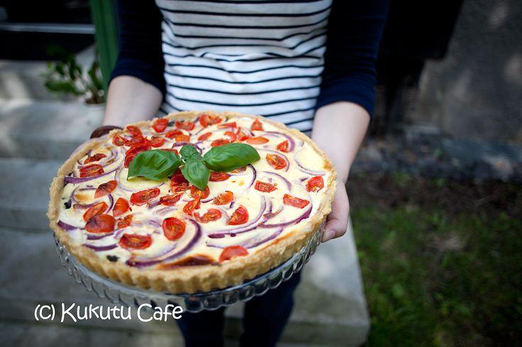 Tarta szpinakowa ze świeżymi pomidorami.