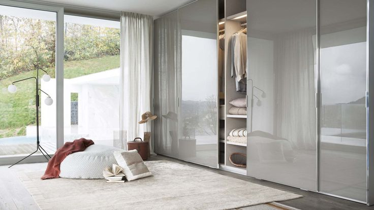 To rationalize narrow spaces, Lema proposes numerous sliding doors solutions for Armadio al centimetro (Made to measure) wardrobe. Different types