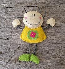 Menina feliz pregadeira em feltro / felt brooch
