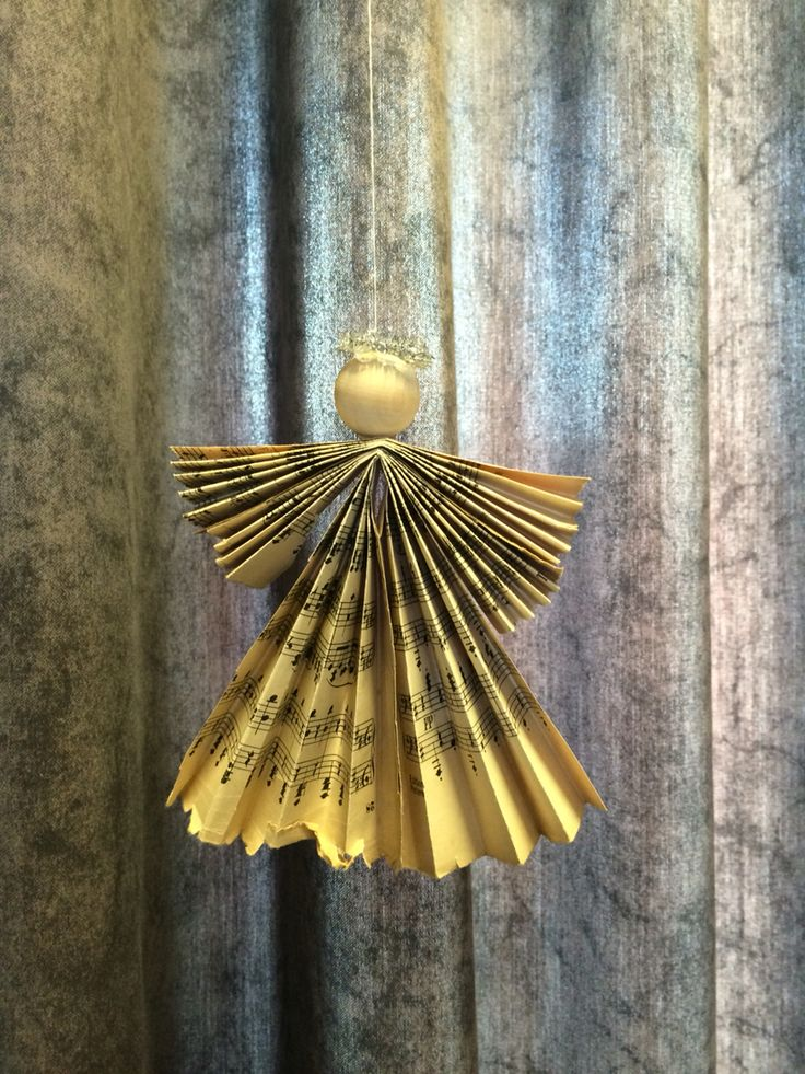 Engle af gammelt nodepapir Et gammelt nodeark - en trækugle og et stykke piberenser i guld eller sølv !