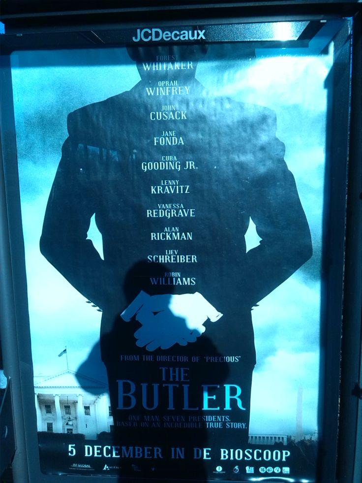 De makers van de poster gebruiken de zwarte pak van de butler als tekst ruimte. Een creatieve en ingenieuze manier van tekst ruimte creëren.