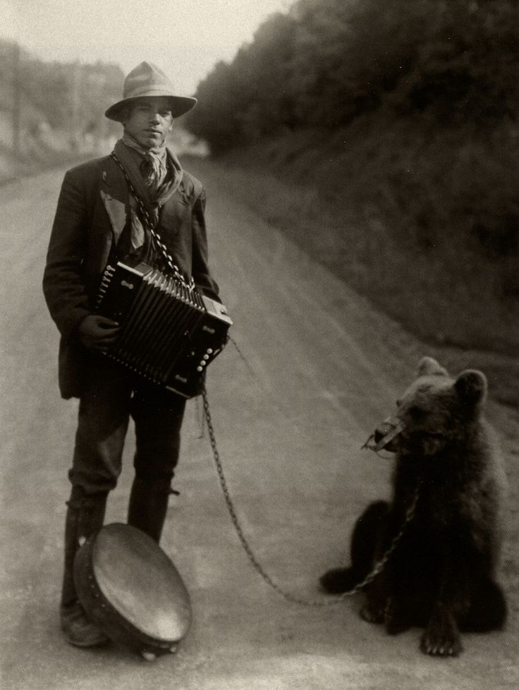 Showman with Performing Bear in the Westerwald, August Sander 1929. A simplicidade da excentricidade