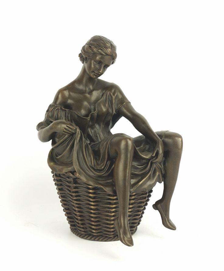 Een licht erotisch bronzen sculptuur (dekseldoos) van een vrouw op wasmand