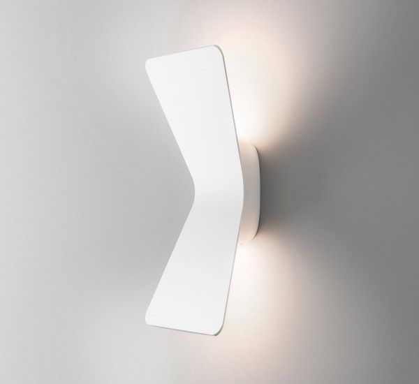 Flex is a wall lamp designed by Karim Rashid for FontanaArte, made of aluminum.