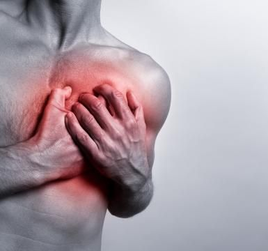 13 causas del dolor en el pecho: El dolor de pecho puede ser causado por diferentes tipos de alteraciones, desde enfermedades que no son graves a trastornos serios que es conveniente estudiar.