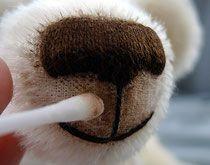 Фото 6. Ватную палочку смачиваем в чистой (!) воде, отжимаем пальцами. Палочкой растушевываем нанесенную ранее краску, делая ее слой равномерным.