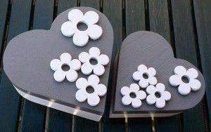 2 blank houten dozen beschilderd met een mooie oudroze (onderkant en bloemen) kleur en de deksel is mauve-kleurig. De bloemen zijn van hout