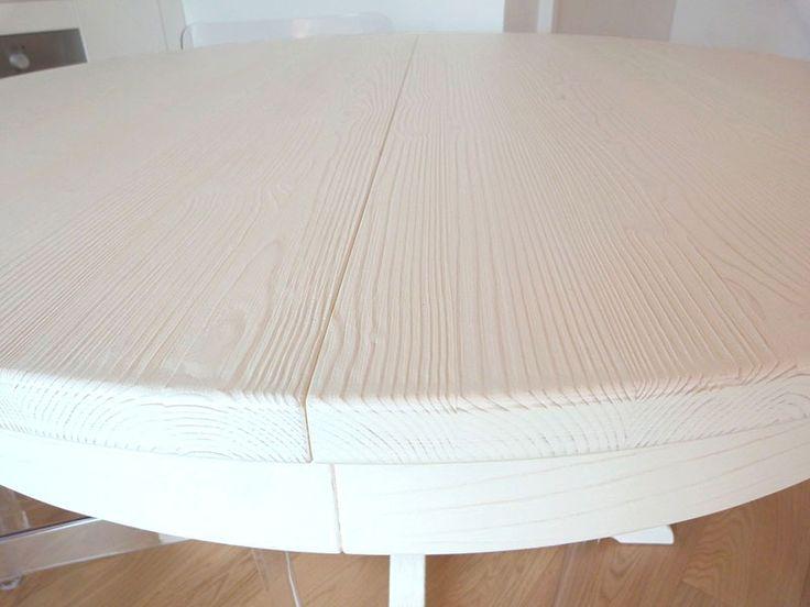 Particolare del tavolo rotondo e allungabile in legno Scandola.