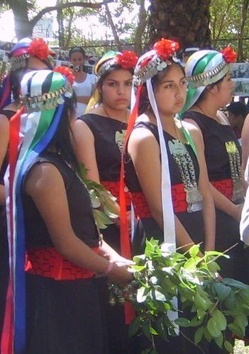 Las chiquillas en traje mapuche