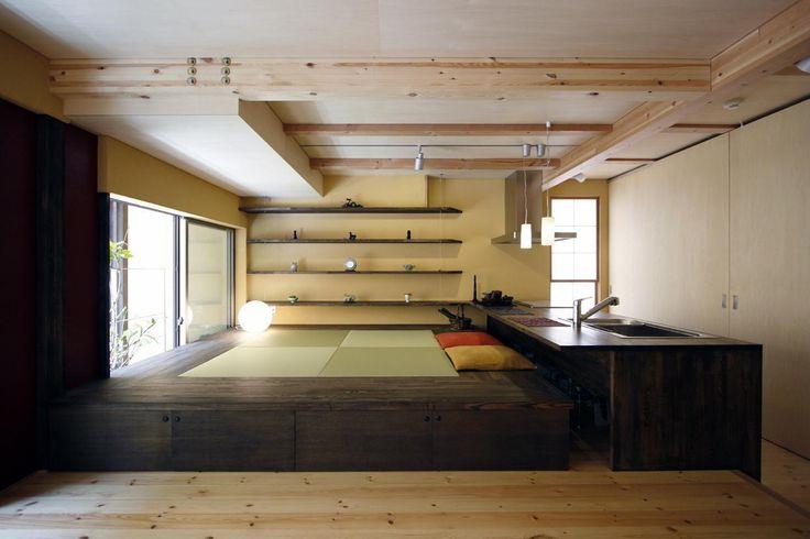 建築家:根來宏典「中国黄土の家」 何役もこなす機能性 床から40cmほど高い畳スペースは、収納であり、食事をするための椅子であったり、寝転んで寛ぐ事の出来るごろ寝スペースになったり…何役もこなす機能を持ち合わせています。 何役もこなす機能性:: 床から40cmほど高い畳スペースは、収納であり、食事をするための椅子であったり、寝転んで寛ぐ事の出来るごろ寝スペースになったり…何役もこなす機能を持ち合わせています。
