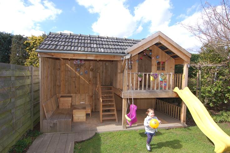 Perfecte combi van speelhuisje en veanda van steigerhout. Perfect combination of playhouse en veranda