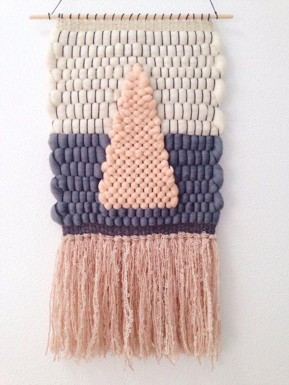 Tissés à la main de mur suspendu / tissés à la main tapisserie tissage / / pêche, crème, & gris Triangle Roving
