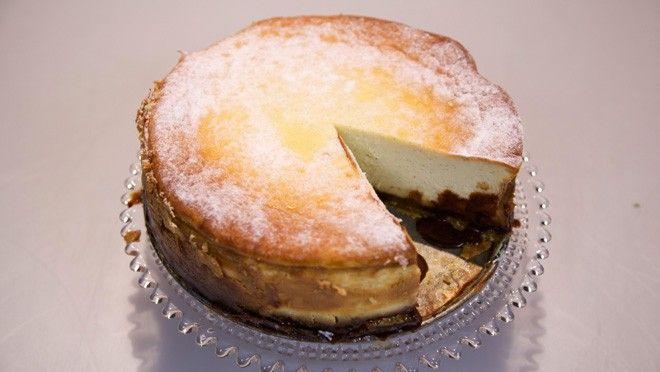 Karamel-fudge cheesecake - Rudolph's Bakery | 24Kitchen  Deze heb ik gemaakt met italiaans schuim erop.