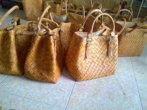 Tas kulit adalah simbol status Anda. Seperti yang kebanyakan orang tahu, kehidupan wanita terkandung dalam tasnya.