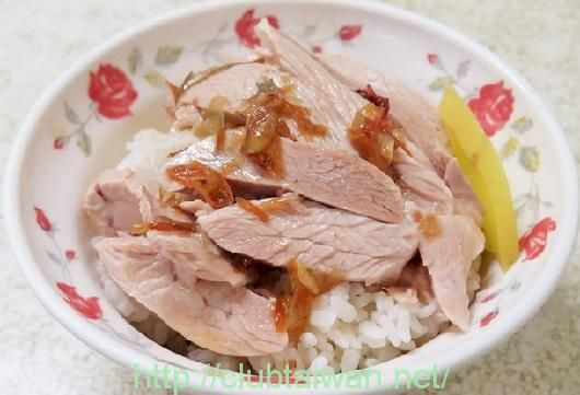 雞肉飯とは、鶏肉を裂いたものを白飯の上に乗せて鶏肉から出た煮汁をたっぷりと掛けた丼飯です。日本で言えば、牛丼や…