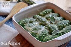 Rabaton alessandrini, degli gnocchi di grandi dimensioni preparati con bietole e ricotta, senza patate, cotti in brodo e poi gratinati. Ricette regionali.