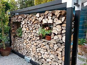 Wer mit einem Holzofen als Heizung über den Winter kommen möchte, braucht eine Menge Scheite. Da der Raummeter (Ster) umso teuer wird, je trockener er ist, rechnet sich diese Art der Wärmeerzeugung nur, wenn man selbst lagert. Machen Sie aus der Notwendigkeit eine Attraktion!