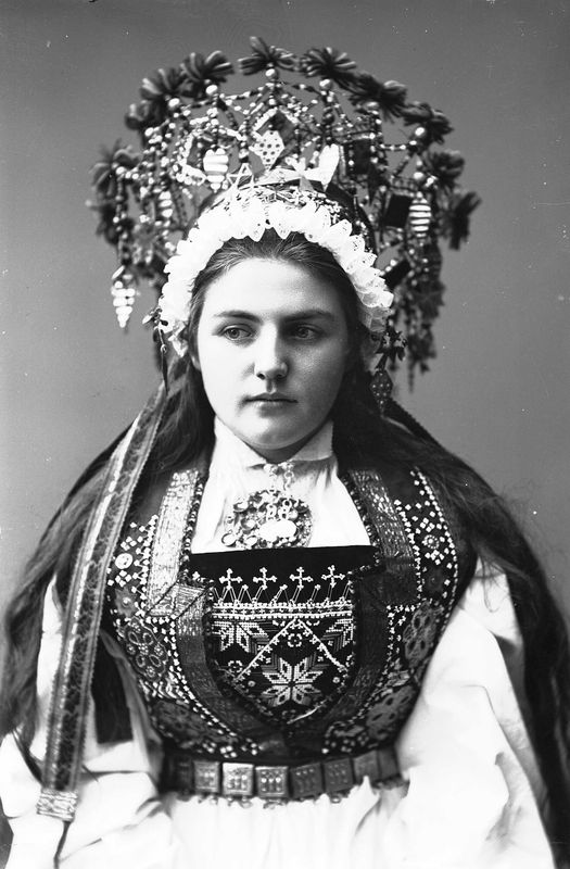 Photography of woman with wedding dress and bridal crown from Hardanger in Hordaland | Solveig Lund | 1895-1899 | Norsk Folkemuseum | Public Domain