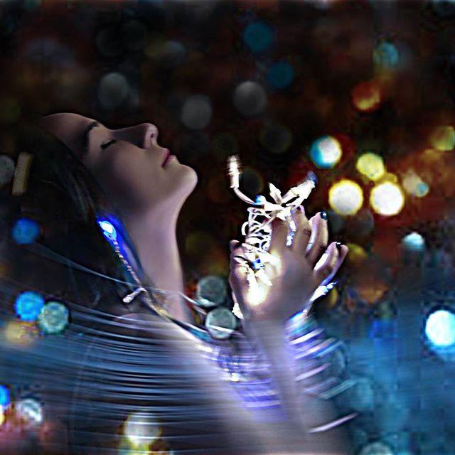 Guiding lights #portrait #portraitfun #portrait_ig #portraitphotography #love #lowlights #portraits #creativephotography #creativeportraits #light #lights #glow #endlesscreationsphotography #bramptonphotographer #jleeportraiture