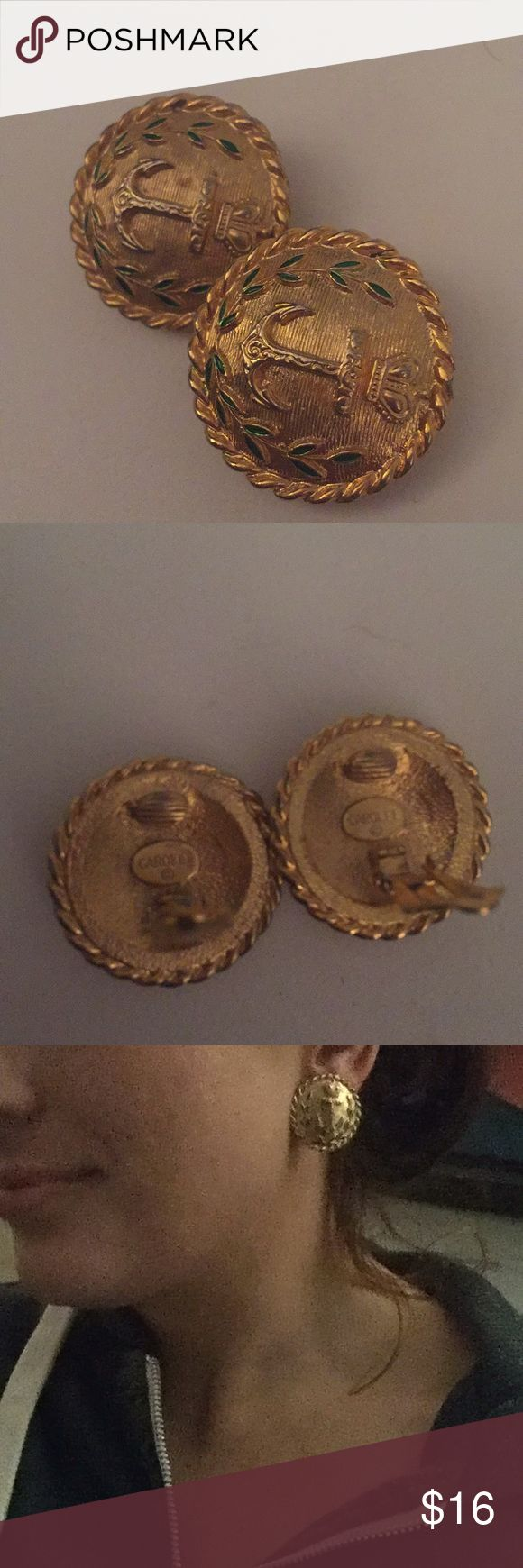 CAROLEE NAUTICAL ANCHOR GOLD COSTUME CLIPPY CLIPS Super cute vintage loud ass Carolee clippys. Totally Ab-Fab type glam.  Twisted rope detail surrounds these large button earrings, with ivy and etching detail framing the large focal anchors. ..lots of detail & volume really make these beauties truly stand out.   Turn a blahhhh dress into 'gurllllll😍' with these clutch clip on earrings by the one and only NYC designer Carolee.  Purchased at Bloomingdales in Manhattan in the early 2000s…