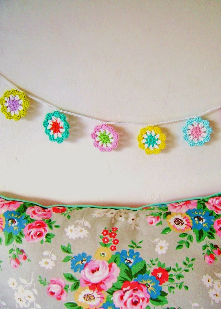 MES FAVORIS TRICOT-CROCHET: Tuto : Une guirlande de fleurs au crochet