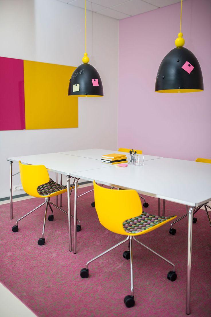 Bone chair, design: Steinar Hindenes, Lars Tornøe & Atle Tveit | Mayflower table, design: Thomas Bernstrand & Lars Pettersson