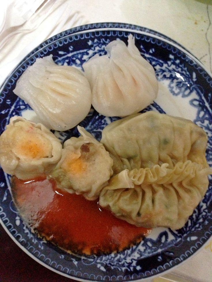 Dimsum for breakfast: hakau, siomay and swekiau! Yummm...
