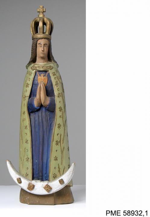 #Rzeźba przedstawiająca Matkę Boską Skępską - wizerunek maryjny spopularyzowany przez ruch pątniczy do sanktuarium w Skępem na Kujawach, częsty w rzeźbach ludowych umieszczanych w kaplicach przydrożnych. Pochodzi z kolekcji Andrzeja Delinikajtisa. Zakupiona z dotacji MKiDN.