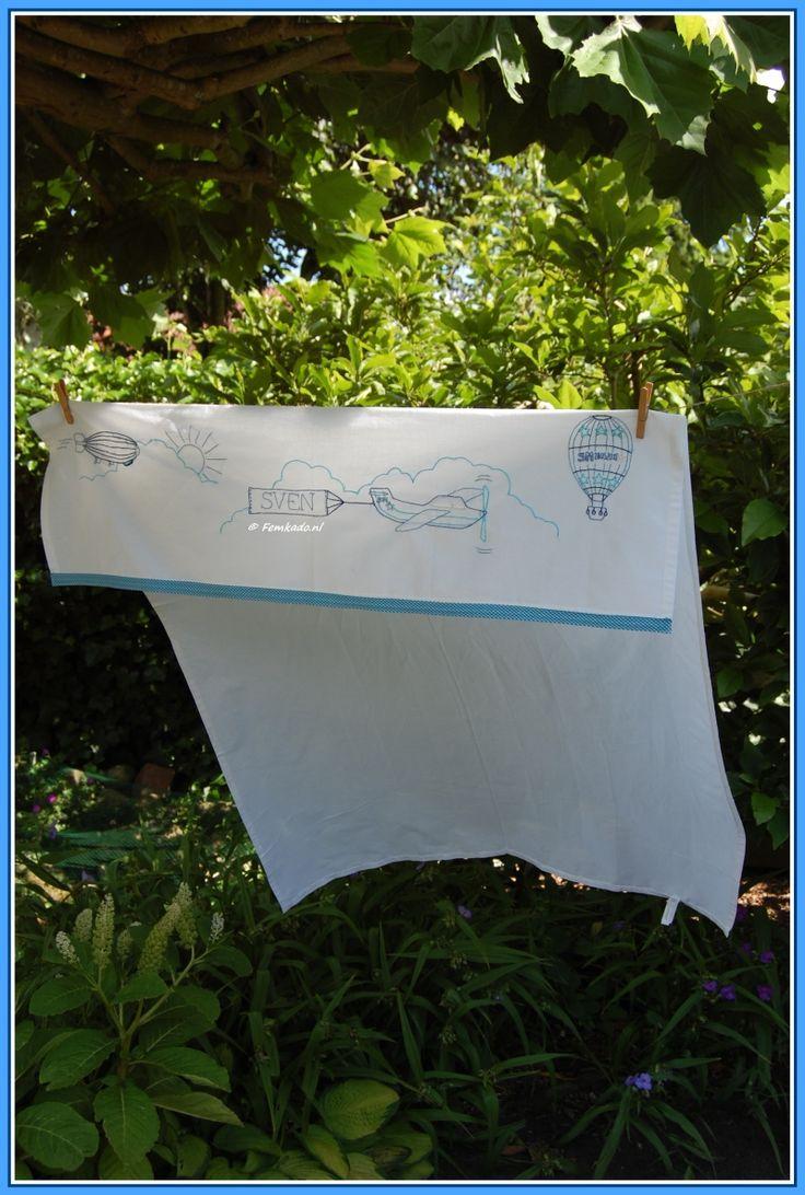 Femkado bewerkt wieg- en ledikantlakentjes met afbeeldingen, naam en kleuren naar keuze. Mogelijkheden voor de bewerking zijn textielverf, vilten figuren of broderie (borduurwerk). Ook is het mogelijk hierbij het geboortekaartje ter inspiratie te gebruiken. Kijk op Femkado.nl voor meer info.