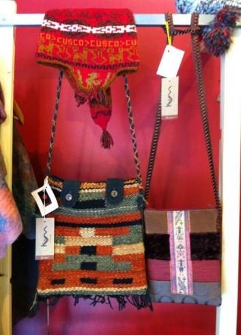 En KUM ART+DESIGN encontrarás lanas, telares, textiles, fieltros, cuadros y esculturas diseñados por artistas locales. Lo más fino en diseños y materiales.