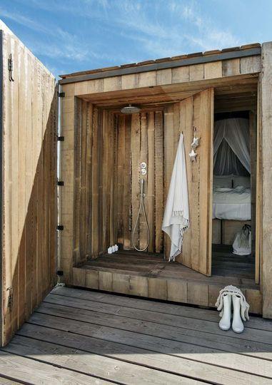 Une douche en bois qui est à la fois accessible à l'intérieur qu'à l'extérieur.