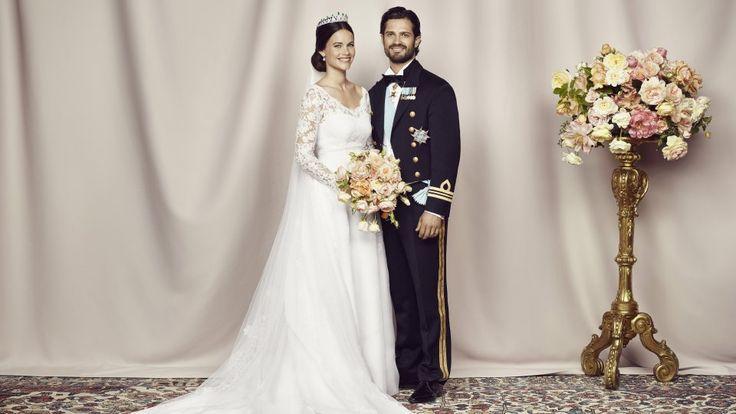 Wie schön das Brautpaar strahlt! Auf dem Hochzeitsfoto kam Sofias Traumkleid nochmal so richtig zur Geltung.