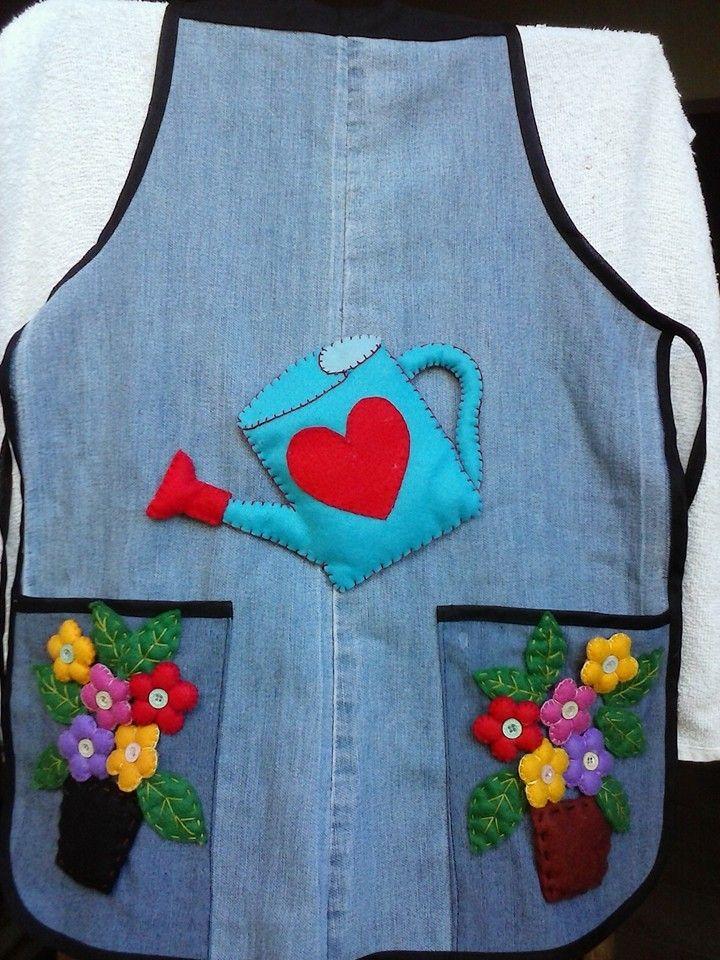 Avental adulto, confeccionado em jeans reciclado, com aplicação de flores em tecido e feltro.