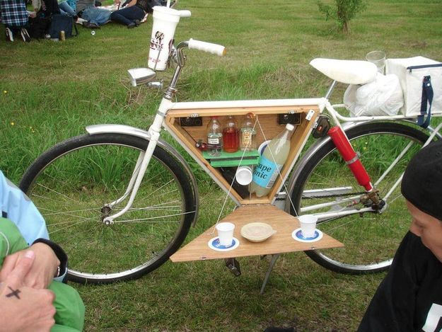 Turn your bike into a portable bar. | 37 Ways To Have The Most Delightful Picnic Ever