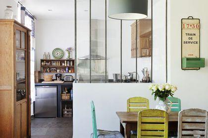 Une cuisine semi-ouverte avec verrière
