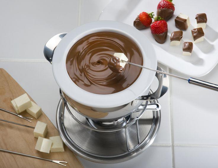 Prepara este delicioso fondue de chocolate con fresas y plátano, ideal para una cena romántica con tu pareja.