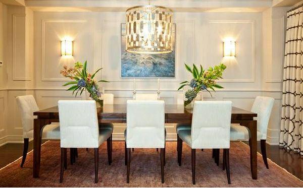Esszimmer gestalten – mischen Sie den traditionellen Stil mit zeitgenössischen Akzenten - esszimmer gestalten beige polsterstühle teppichboden kronleuchter